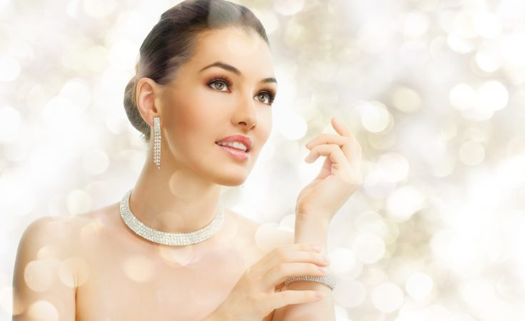 dame med flotte smykker